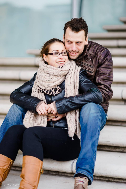 pärchen auf der treppe hamburg fotoshooting speicherstadt liebe